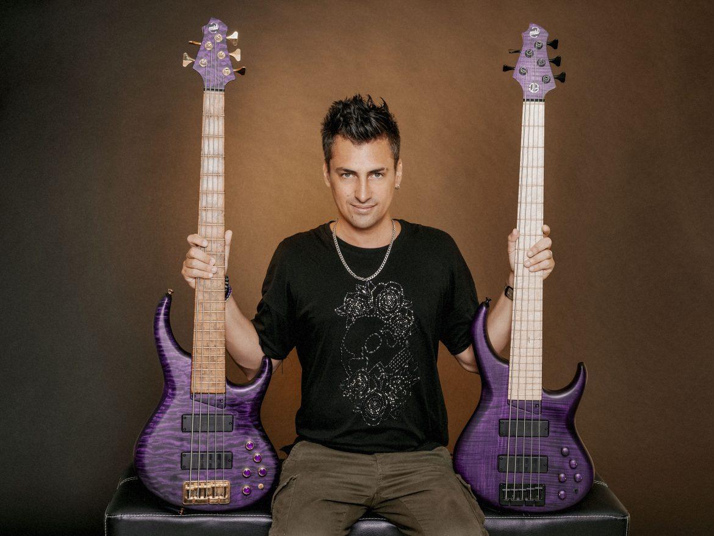 Charlie Moreno, bajista